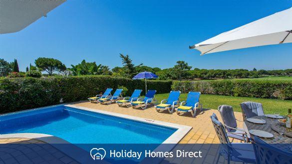 Villa Anderwood swimming pool and garden