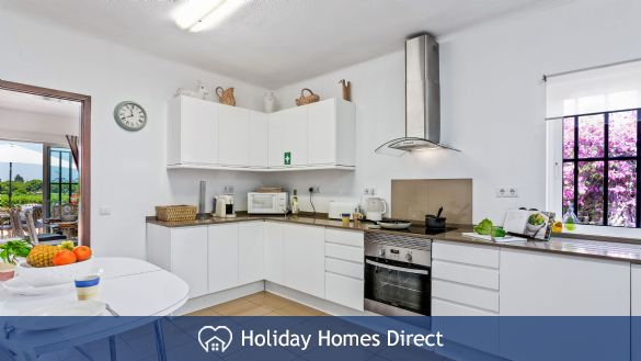 Villa Anderwood fully equipped kitchen and table