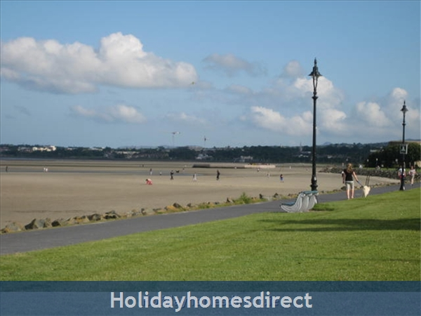 Dublin Apartment, Tourist Board Approved, One Bedroom Seaside Apartment, 10 Mins. City Centre. Wifi & Sky: Sandymount and promenade