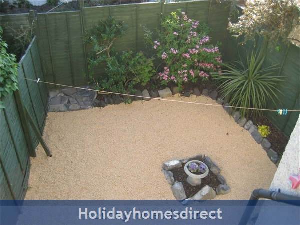 Dublin Apartment, Tourist Board Approved, One Bedroom Seaside Apartment, 10 Mins. City Centre. Wifi & Sky: Private garden
