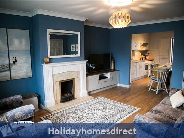 Pebble Beach, Sligo: Family Living Room with Smart TV and Open Fire