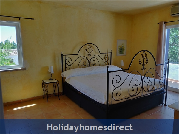 Vila Elizabete Carvoeiro  Al 40133 , Close To Beach With Aircon And Internet Access.: Master Bedroom with en-suite bathroom