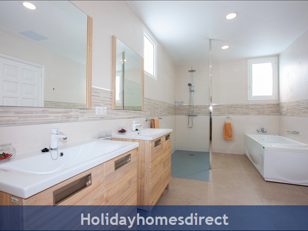 Casa Cristal, Luxury Villa Rental Puerto Del Carmen, Lanzarote, 4 Bedrooms , 3 Bathrooms, Free Air Con/wifi: Villa Cristal Ref 10939 Double Bedroom