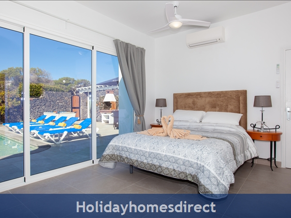Casa Cristal, Luxury Villa Rental Puerto Del Carmen, Lanzarote, 4 Bedrooms , 3 Bathrooms, Free Air Con/wifi: Villa Cristal Ref 10939 Master bedroom Ensuite