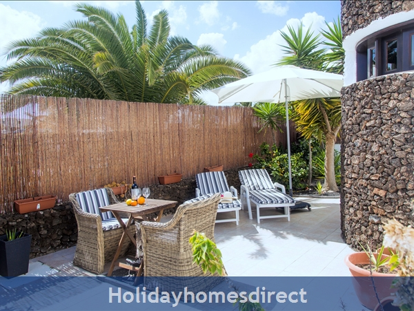 Luxury Tots Safe Villa With Secure Gated Pool Costa Teguise 4 Bed/3 Bath/private Htd Pool/play Area-we Take All Credit Cards For Just 1.5%: Side garden Grand parents favourite spot