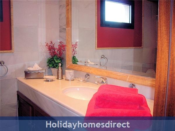 Carlara, Luxurious Designer Villa, Lanzarote: Great family bathroom - soo thick towels!