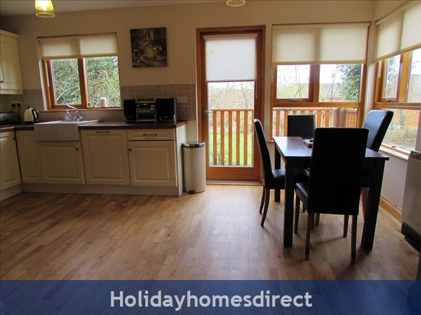 Cornadarragh Forest Park, Luxurious Log Cabin: Dining area