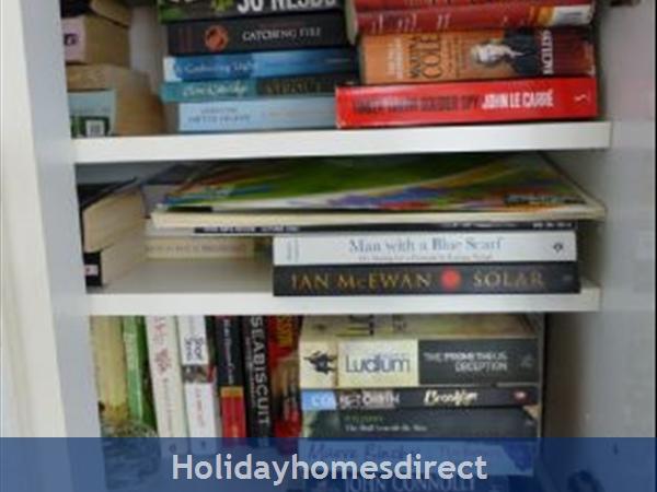 Beaulieu Sur Mer, Accommodation Cote D'azur: Bookshelf area