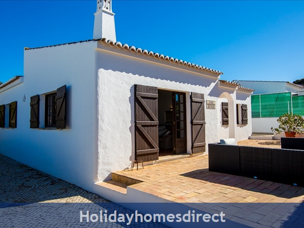 Casa Beirao A Delightful Spacious Air Cond 3 Bedroom Villa Wifi & Private Pool, Excellent Location 10 Mins Drive To Beach & Vilamoura Marina. 26499/al: Lounge/Dining Area