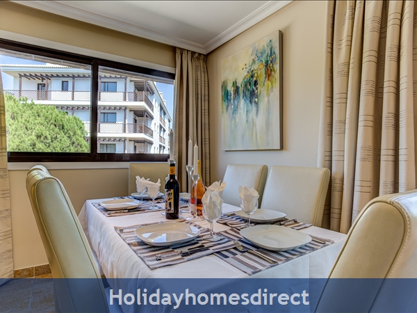 Falesia Beach Superb 1st Floor 3 Bedroom Apartment, Within Walking Distance To Beach, Local Restaurants, Bars And Shops.: Dining Area