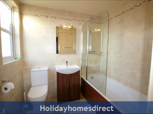Granary Cottage .. Lots Of Character, Peace And Quiet And All The Mod Cons !: En-suite bathroom off Master Bedroom