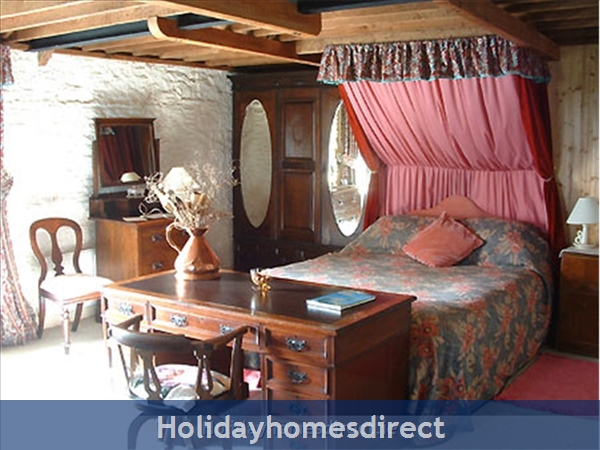 Granary Cottage .. Lots Of Character, Peace And Quiet And All The Mod Cons !: En-suite Master Bedroom has 5ft canopied bed