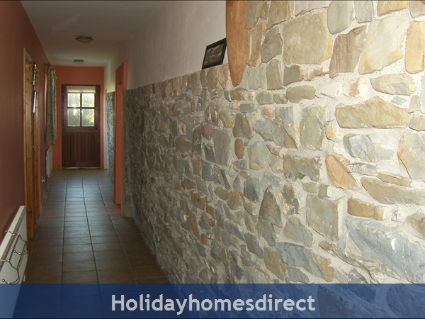 Bromore Cottage: Spacious Hallway