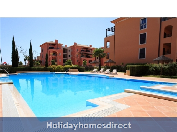 A Stunning, Modern Ground Floor 2 Bedroom Apartment Located On The Exclusive Victoria Boulevard In Vilamoura. (207/112/al): Pool