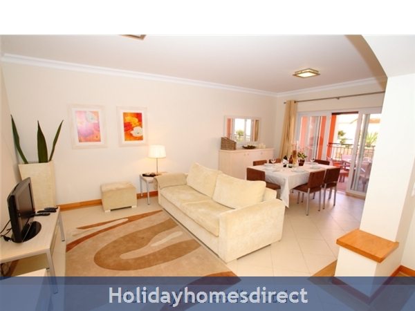 A Stunning, Modern Ground Floor 2 Bedroom Apartment located on the exclusive Victoria Boulevard in Vilamoura. (207/112/AL)