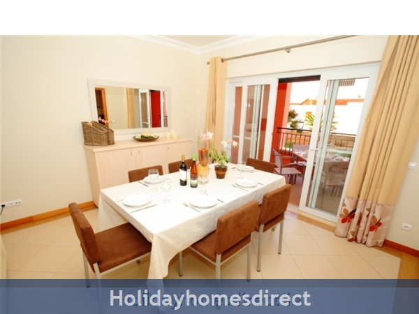 A Stunning, Modern Ground Floor 2 Bedroom Apartment Located On The Exclusive Victoria Boulevard In Vilamoura. (207/112/al): Dining Area