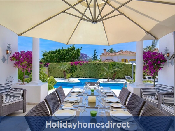 Palm Villa Tots Safe Villa In El Paraiso + 4 Bed+ 3 Bath+ Play Area+ Heated Pool + Paddle Pool- Close To All Amenties No Car Needed- Credit Cards Ok: Lovely dining area with sliding gate to the pool