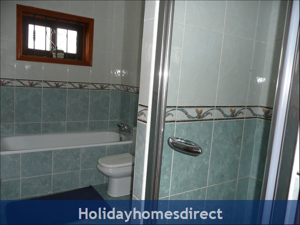 Shared shower room for the twin bedrooms