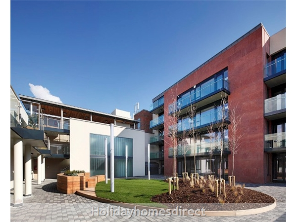 Apt 11 Pavillion View, Beautiful Residential Area, 5  Minutes From City Centre!: Courtyard