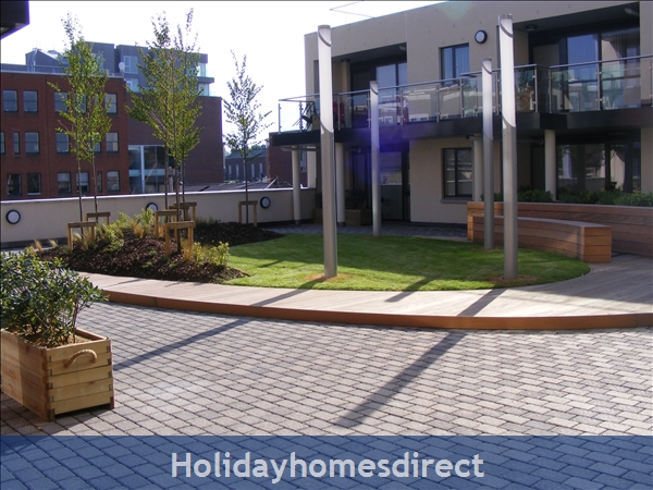 Apt 14 Pavilion View, Beautiful Residential Area, 5 Minutes From City Centre!: Garden