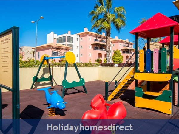 Victoria Boulvard Superb 3 Bedr Duplex Terrace Townhouse & Shared Pool 10 Mins Drive Vilamoura Marina & Local Amenities & Falesia Beach (114/12/al): Image 7