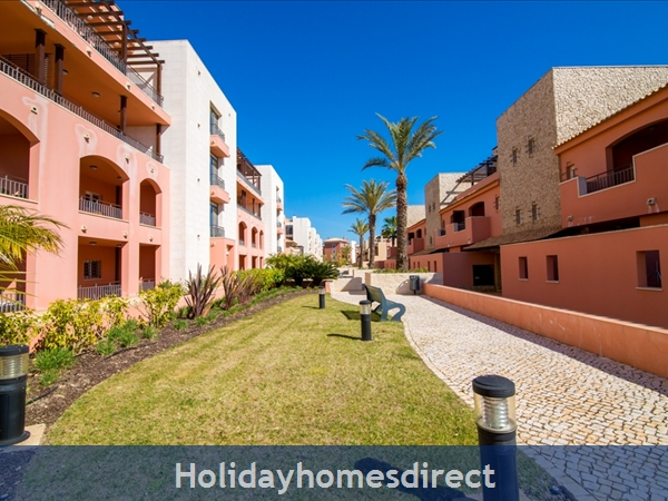 Victoria Boulvard Superb 3 Bedr Duplex Terrace Townhouse & Shared Pool 10 Mins Drive Vilamoura Marina & Local Amenities & Falesia Beach (114/12/al): Image 4