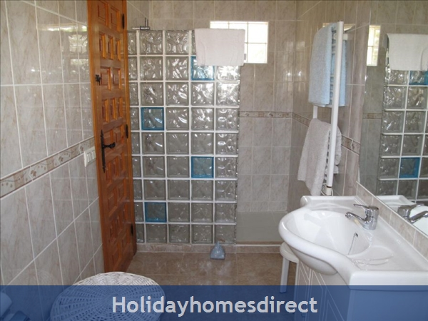 Villa Santos, 2 Bed, Air Con, Sat Tv Wifi, Heated Pool, Outstanding Bbq Terrace Fantastic Seaviews Quiet Location, 15minutes Walk To Shops And Beaches: Bathroom Twin Room