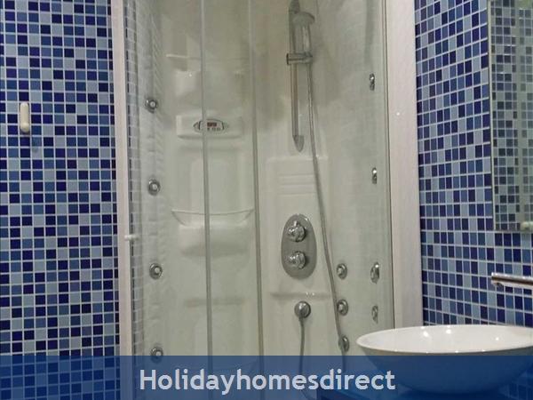 Aquamar, Vilamoura: Main Bathroom with Hydrojet Shower