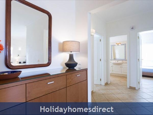 Great 2 Bed/2 Bath Close To Beach & Alvor Village: Hallways