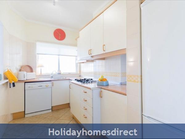 Great 2 Bed/2 Bath Close To Beach & Alvor Village: Fully fitter kitchen