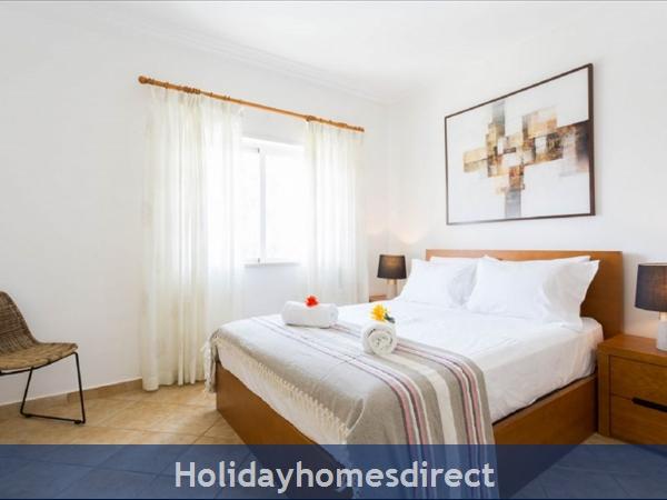 Great 2 Bed/2 Bath Close To Beach & Alvor Village: Master bedroom