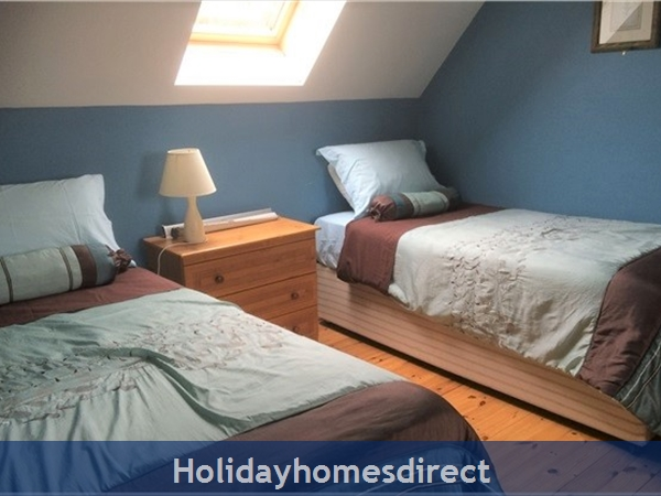 No 12 Tragumna Holiday Cottages: Upstairs triple room