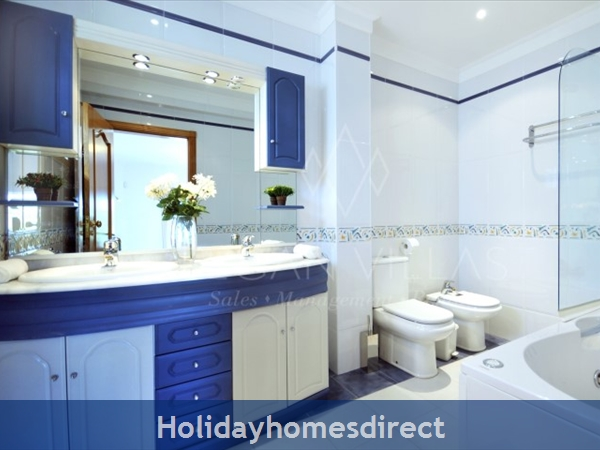 Villa Lago master bathroom in Portugal