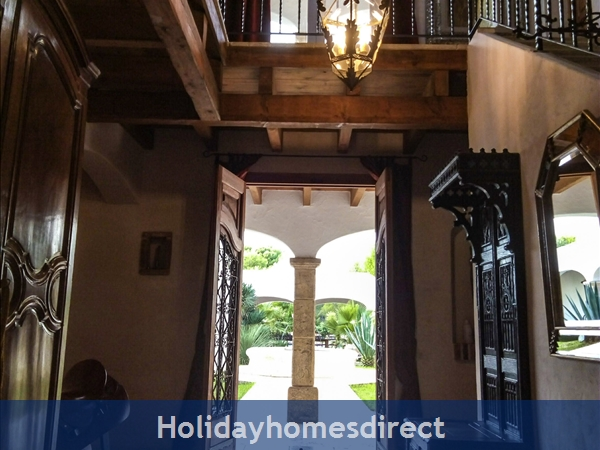 Large Mexican Hacienda - 6 Bedrooms - 14 Guest - 5 Minutes From The Beach: The Entrance Hall