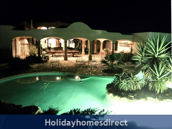 Large Mexican Hacienda - 6 Bedrooms - 14 Guest - 5 Minutes From The Beach: Hacienda By Night