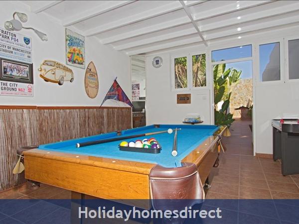 Villa Antares private pool table
