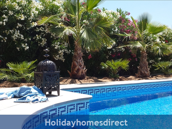 Beautiful Mediterranean villa, large private pool, 4 bedrooms and 2 bathrooms, 9p. Atmospheric Tropical private garden. Only 5 minutes from the beach.